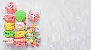 Massepain sous forme de symbole de la nouvelle année - porc rose, macarons sensibles doux, guimauves, arachides en sucre photographie stock libre de droits