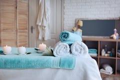 Massera tabellen med handdukar, stearinljus och stenar Royaltyfria Foton