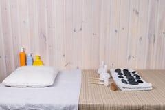 Massera tabellen med stenar och påsar för massage Fotografering för Bildbyråer