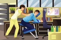 Massera terapeuten som arbetar på en klient i ett kontor royaltyfri illustrationer