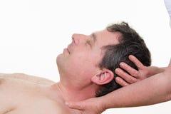 Masserar avslappnande komfort för mannen som får halsen tillbaka royaltyfri foto