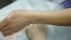 Masseur делает массаж руки к клиенту Обработка курорта для рук сток-видео