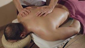 Masseur делает мужчины подпереть массаж 4K видеоматериал