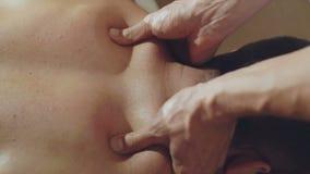 Masseur делает мужчины подпереть массаж 4K акции видеоматериалы