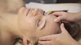 Masseur делает точечный массаж на женской стороне Китайская нетрадиционная медицина видеоматериал
