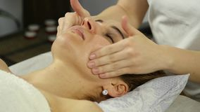 Masseur делает точечный массаж на женской стороне Китайская нетрадиционная медицина движение медленное сток-видео