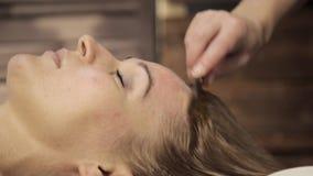 Masseur делает точечный массаж на женской стороне Китайский альтернативный массаж с гуашью шабера видеоматериал