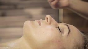 Masseur делает точечный массаж на женской стороне Китайский альтернативный массаж с гуашью шабера сток-видео