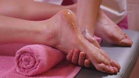 Masseur делая массаж ног видеоматериал