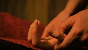 Masseur делая массаж руки для женского клиента акции видеоматериалы