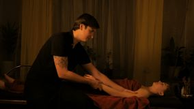 Masseur делая массаж руки для женского клиента видеоматериал