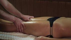 Masseur делая терапию массажа руки на женских ногах акции видеоматериалы