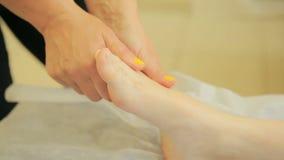 Masseur девушки делая генерала, терапевтический массаж тела массаж рук и ног акции видеоматериалы
