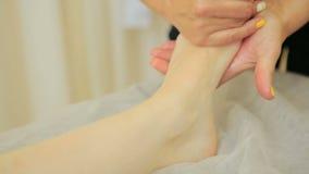 Masseur девушки делая генерала, терапевтический массаж тела массаж рук и ног сток-видео