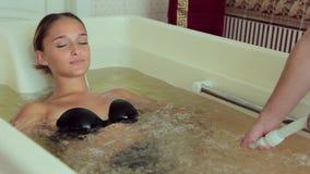 Masseur делает женщиной массаж на hydrobath акции видеоматериалы