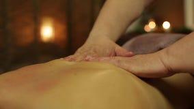 Masseur делает массаж с маслом для девушки видеоматериал