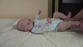 Masseur делает терапевтический массаж для ребенка 5 месяцев дома видеоматериал
