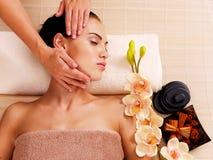 Masseur делая массаж голова женщины в салоне курорта стоковая фотография rf