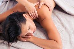Masseur делая массаж на женщине стоковое изображение
