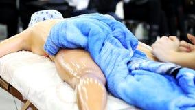 Masseur делая массаж сток-видео