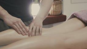 Masseur замешивает ногу и ногу молодой красивой девушки уклад жизни принципиальной схемы здоровый видеоматериал