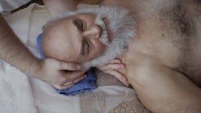 Masseur массажирует шею ` s человека в slowmotion видеоматериал