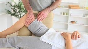 Masseur массажируя колено женщины сток-видео