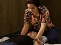 Masseur массажируя назад женщины в спа-курорте, расслабленный пациент наслаждается Тайский массаж или тайская обработка массажа й Стоковые Фото