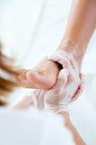 Masseur che fa massaggio sul corpo dell'uomo nel salone della stazione termale Fotografia Stock