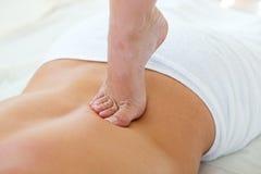 Masseur, der Massage auf Mannkarosserie im Badekurortsalon tut stockbild