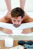Masseur, der Massage auf Mannkarosserie im Badekurortsalon tut lizenzfreie stockbilder