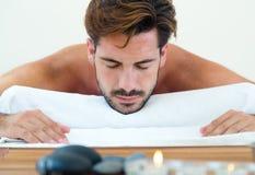 Masseur, der Massage auf Mannkarosserie im Badekurortsalon tut stockfoto
