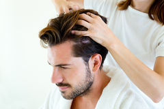 Masseur, der Massage auf Mannkarosserie im Badekurortsalon tut stockbilder