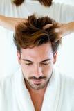 Masseur, der Massage auf Mannkarosserie im Badekurortsalon tut lizenzfreies stockfoto