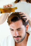 Masseur, der Massage auf Mannkarosserie im Badekurortsalon tut lizenzfreie stockfotografie