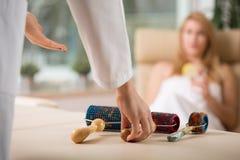 Masseur, der sich vorbereitet, Massage zu tun Lizenzfreies Stockbild