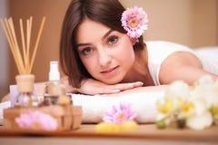 Masseur die massage op de rug van vrouw in de kuuroordsalon doen Royalty-vrije Stock Afbeeldingen