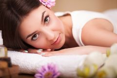Masseur die massage op de rug van vrouw in de kuuroordsalon doen Stock Foto's