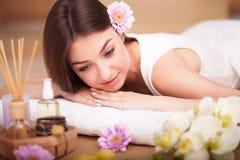 Masseur die massage op de rug van vrouw in de kuuroordsalon doen Royalty-vrije Stock Foto's