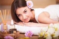 Masseur die massage op de rug van vrouw in de kuuroordsalon doen Stock Afbeelding