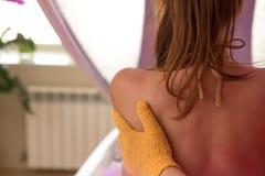 Masseur die massage op vrouwenlichaam doet in de kuuroordsalon De behandelingsconcept van de schoonheid De de massagevrouwen van  stock afbeelding