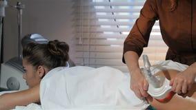 Masseur die sommige speciale opties op massagemachine toevoegen stock videobeelden