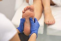 masseur die vrouwelijke pati?nt een reflexology geeft royalty-vrije stock foto