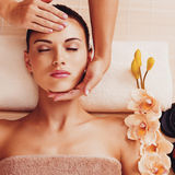 Masseur doing massage the head of an woman in spa salon Royalty Free Stock Photos