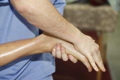 Masseur faisant le massage photographie stock libre de droits