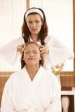 Masseur faisant le massage principal photos libres de droits