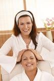 Masseur faisant le massage principal images stock