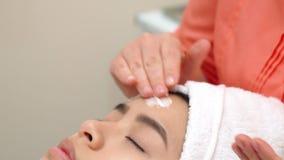Masseur moisturizes женская сторона стоковое фото rf