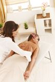 Masseur que faz a massagem traseira fotografia de stock