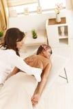 Masseur som baksidt gör massage arkivbild